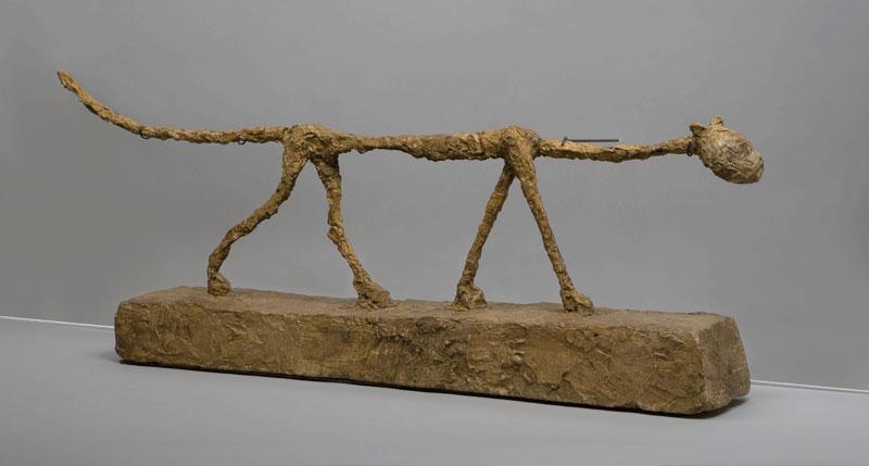 100 sculptures animalières : ALBERTO GIACOMETTI Le Chat 1951 plâtre peint 32,8 × 81,3 × 13,5 cm Paris, Fondation Alberto et Annette Giacometti INV. 1994-0348