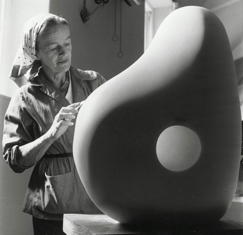 Barbara Hepworth : Barbara Hepworth taillant une œuvre au Palais de Danse 1961 H. 20,5 ; L. x 20,5 cm The Hepworth photograph collection © Photographie Mathews