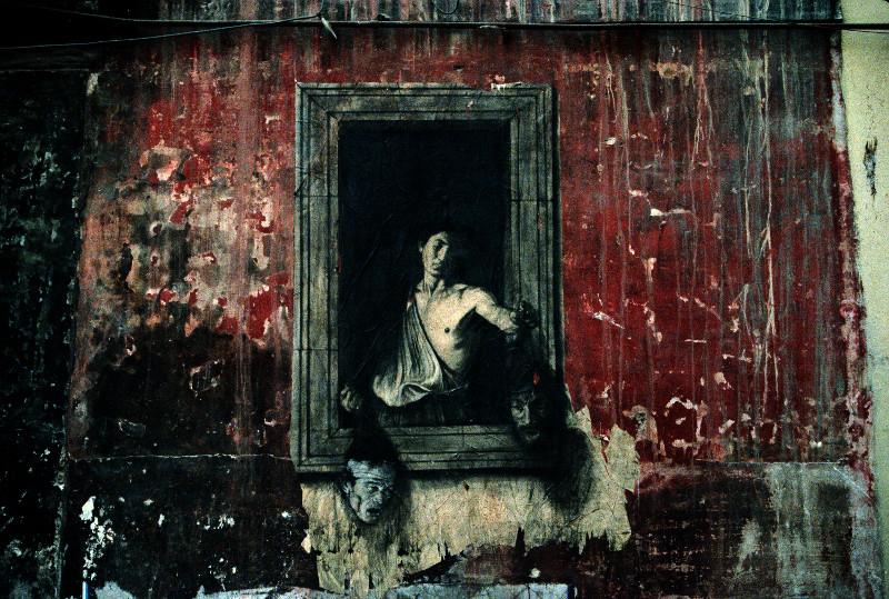 Ernest Pignon-Ernest : David et Goliath (d'après Caravage) réunissant les têtes tranchées de Caravage et Pasolini, Naples, 1988 Dessin à la pierre noire en situation © ADAGP, Paris, 2016