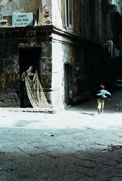 Ernest Pignon-Ernest : Donna con lenzuolo [Femme au drap], Naples, 1990 Sérigraphie en situation  © ADAGP, Paris, 2016