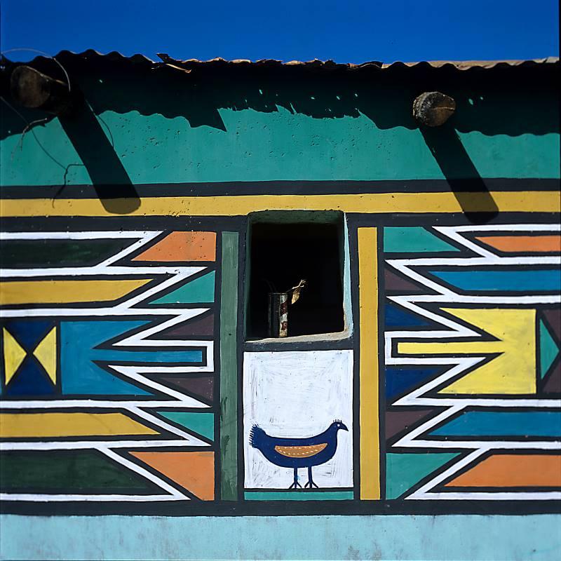 Une Afrique en couleurs : Motif de poulet peint par Martha Mtsweni Ndala Afrique du Sud, district de Verena, ferme Wolwegat © Photographie Margaret Courtney-Clarke