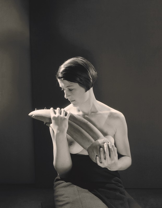 Giacometti/Sade. Cruels objets du désir. : Man Ray. Femme portant l'Objet désagréable d'Alberto Giacometti, 1931. Fondation Giacometti, Paris © Man Ray 2015 Trust / Adagp, Paris 2019.