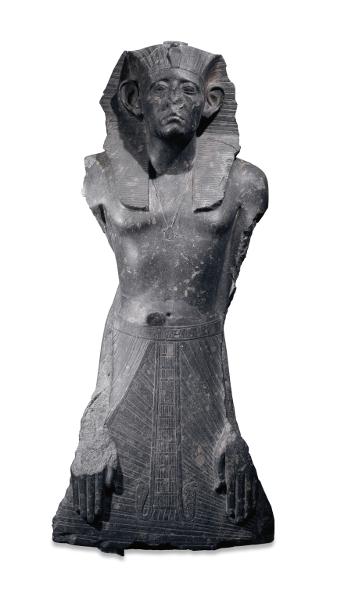 Sésostris III : Pharaon de légende : Sésostris III autoritaire et vigilant les mains posées à plat sur son pagne XIIe dynastie, règne de Sésostris III, vers 1872-1854 av. J.-C. Égypte, Deir el-Bahari, complexe funéraire de Montouhotep II Granodiorite H. 122 ; l. 58 ; ép. 50 cm © Londres