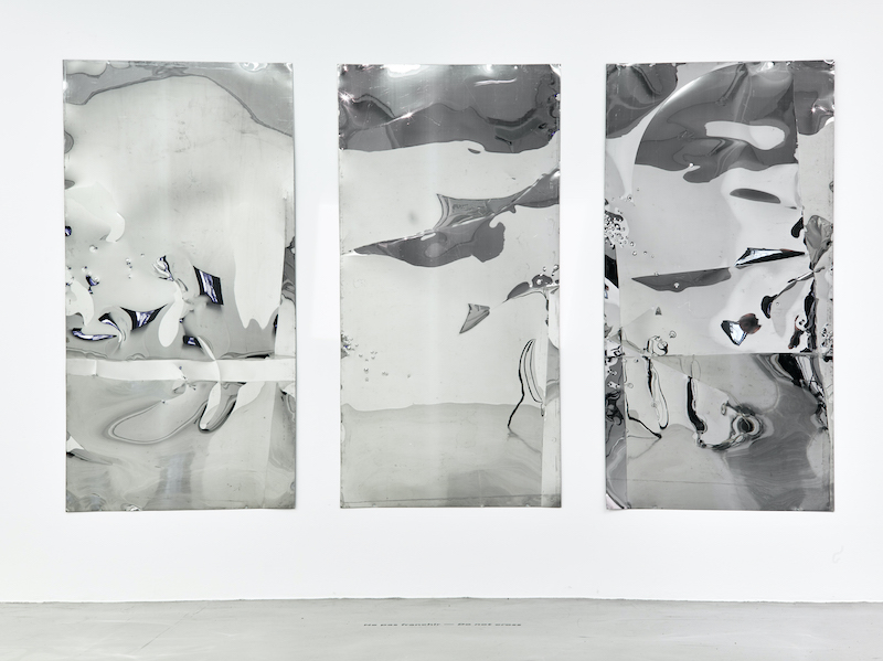 Lars Fredrikson. :  Lars Fredrikson, Inox, 1970, Inox plié, martelé et gravé, 96 x 196 x 3 cm, Galerie Natalie Seroussi, Paris - Photo Aurélien Mole - © Lars Fredrikson Estate