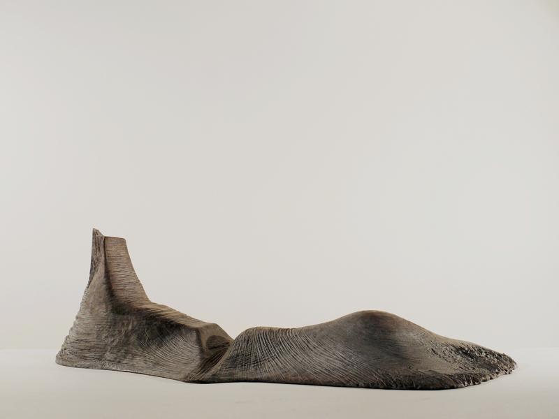 3e Biennale de sculpture d'Yerres - Inventer des mondes singuliers : Jean Anguera. Femme étendue… pensée du paysage. 1999, résine polyester, 53 x 172 x 72 cm. ©Jean Anguera