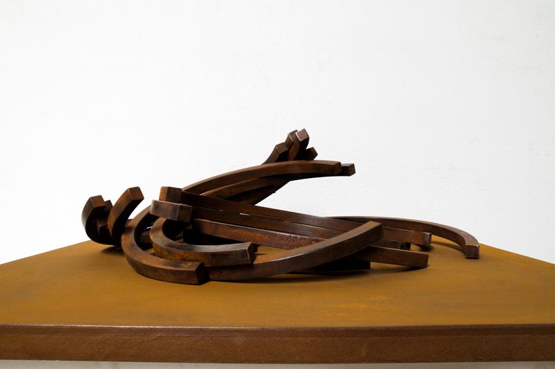 3e Biennale de sculpture d'Yerres - Inventer des mondes singuliers : Bernar Venet. Effondrement : 216,5? Arc x 14. 2006-2009, acier roulé, 31,5 cm de haut, socle 105 x 105 cm. © Archives Bernar Venet, New York