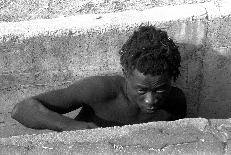 Charcot, une vie avec l'image : Dorris Haron Kasco.Sans titre, série Les Fous d'Abidjan.1992, Inkjet archival Fine Art print, 60 x 90 cm. Courtesy Revue Noire, Paris. © photo Dorris Haron Kasco