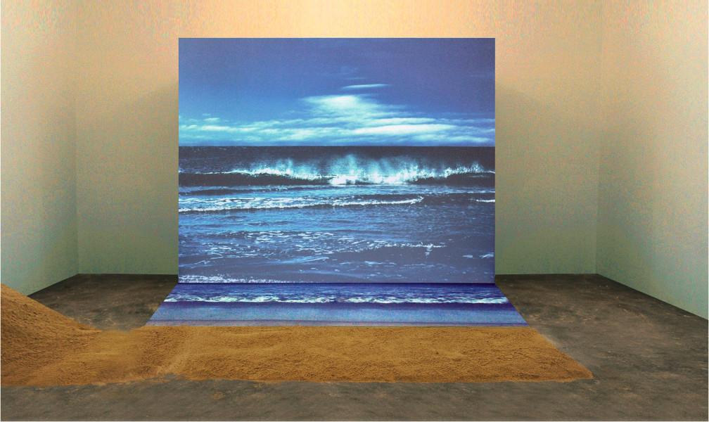Dinard, l'Amour atomique : Agnès VARDA, Bord de mer, 2009, Projection photo à partir d'un CD et projection vidéo à partir d'un DVD Bluray, sable de plage clair © A. Varda/Courtesy l'artiste et Studio Tamaris, Paris