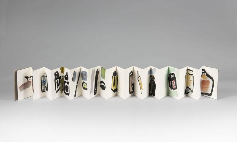Etel Adnan. Peintures : Etel Adnan. Inkpots, 2013 Encre de Chine et aquarelle sur livret Cahier : 12 x 17 cm / longueur : 262 cm. Courtesy Galerie Lelong. © Fabrice Gibert