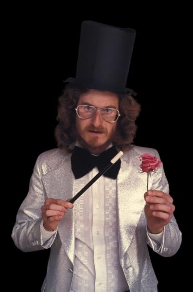Alfredo Jaar. Nous l'avons tant aimé, la révolution : Alfredo Jaar  Magician, 1979. 45,7  x30,5  x0,5 com, caisson lumineux avec film transparent couleur Courtesy Kamel Mennour, Paris and the artist, New York