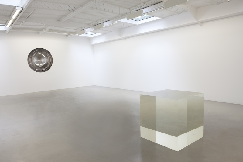 Anish Kapoor – Almost Nothing : Untitled, 2008, acier inoxydable, 169 x 160 x 63 cm. Untitled, acrylique, 70 x 70 x 70 cm. © Anish Kapoor Photo. Fabrice Seixas. Courtesy the artist and kamel mennour, Paris.