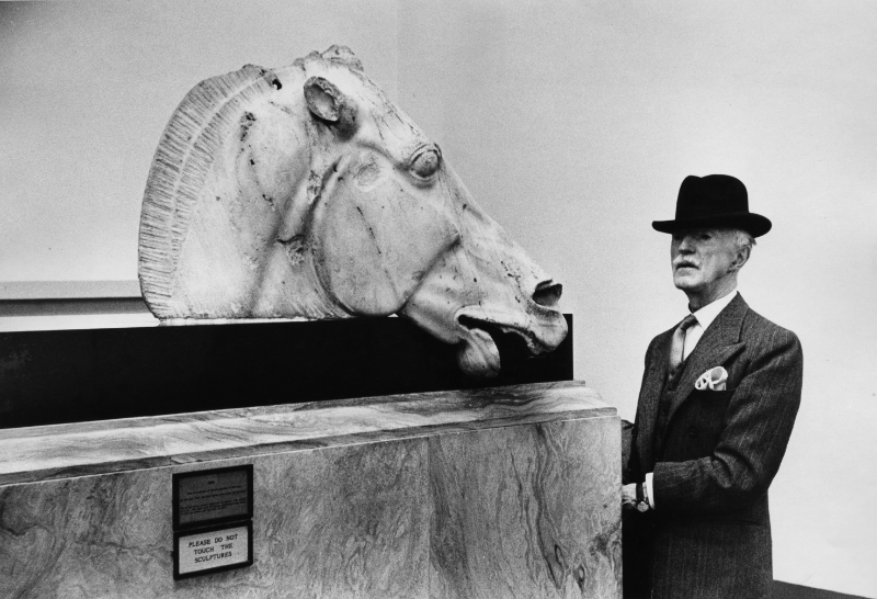 Marc Riboud. Histoires possibles : Au British Museum Visiteur devant une des statues provenant du Parthénon Londres, Angleterre, 1954 © Marc Riboud / Fonds Marc Riboud au MNAAG