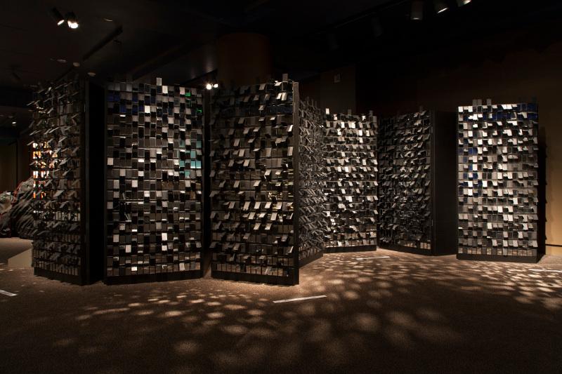 Joël Andrianomearisoa : Négociations sentimentales Acte V . 2013, bois, miroirs de poche, 203,2 x 91,4 cm chaque panneau. Collection de l'artiste.