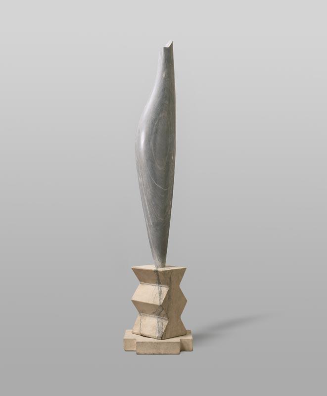 Brancusi – Serra : Constantin Brancusi, L'oiseau, 1923-47, marbre gris bleuté, 89,2 cm, socle : pierre calcaire et marbre, deux parties, hauteur total 31,8 cm, fondation Beyeler, Riehen/Bâle