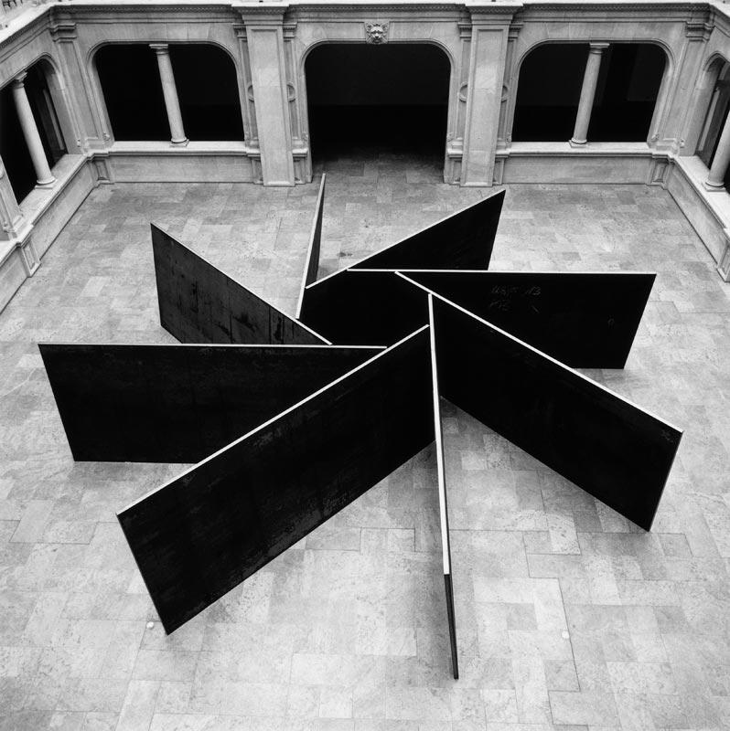 Brancusi – Serra : Richard Serra, 1,2,3,4,5,6,7,8, 1987, acier laminé, huit plaques : 184,8 x 400 x 5,1 cm chacune, collection de l'artiste, photo : Serra Studio, New York