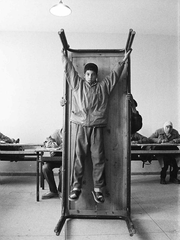 Ce qui s'oublie et ce qui reste : HICHAM BENOHOUD  Série La Salle de Classe, 1994- 2002. Collection MACAAL et collection de l'artiste. © Hicham Benohoud Courtesy Loft Art Gallery