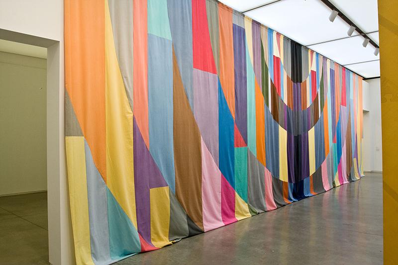 Tapisserie ? De Picasso à Messager : Ulla von Brandenburg. Curtain. 2007, coton, patchwork, 485 x 973 ou 1200 cm. ©Ulla von Brandenburg / CNAP/ photo courtesy Art : Concept, Paris