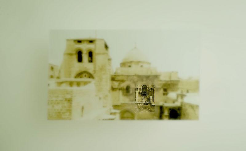 Brognon Rollin. L'avant-dernière version de la réalité : Brognon Rollin, Statu quo nunc, 2016. Plaque de verre opacifiée à l'acide, photo de l'échelle du St-Sépulcre, 100 x 70 x 1,9 cm. Photo © Brognon Rollin.