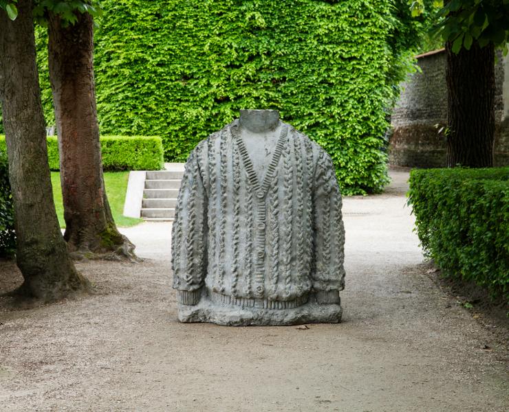 Daniel Dewar / Grégory Gicquel – La Jeune Sculpture : Daniel Dewar & Grégory Gicquel. Buste. 2014, béton, 165 x 123 x 93 cm.  Courtesy galerie Loevenbruck, Paris, et Truth and consequences, Genève. © photo musée Rodin, Paris (Lola Pertsowsky)