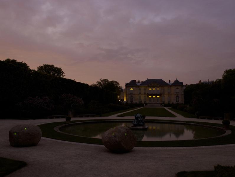 Erik Samakh - Chez Rodin : Samakh, Pierres de lucioles, musée Rodin, 2013, copyright Marc Domage – musée Rodin