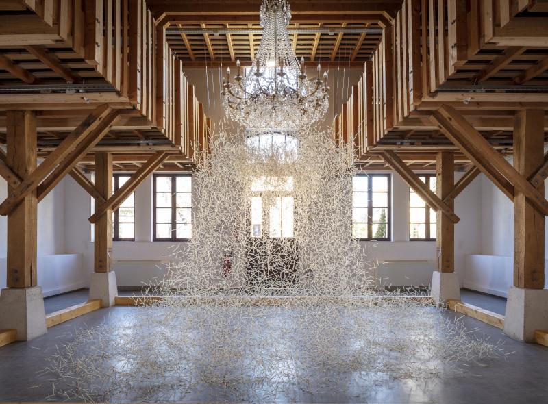 Saison d'art 2021 au Domaine de Chaumont-sur-Loire : L'arbre à palabres, installation de Carole Solvay pour le Domaine de Chaumont-sur-Loire, 2021 – © Éric Sander