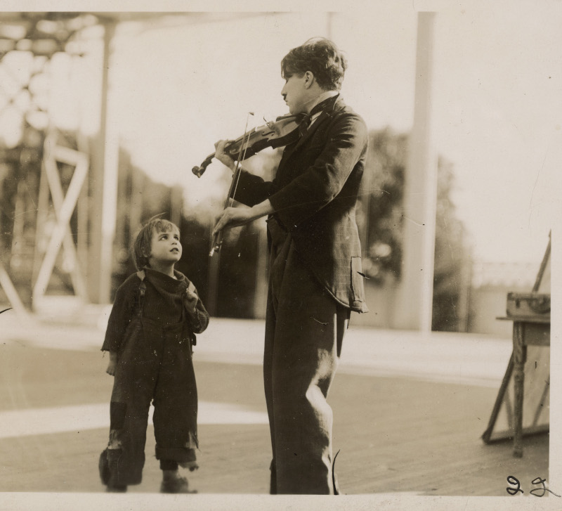Charlie Chaplin, l'homme-orchestre. : Chaplin avec Jackie Coogan pendant le tournage du Kid, vers 1920-1921 © Roy Export Co. Ltd