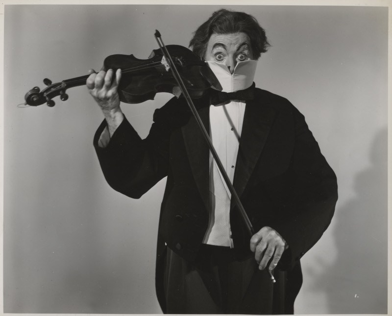 Charlie Chaplin, l'homme-orchestre. : Essai de costume pour le numéro de music-hall à la fin des Feux de la Rampe, vers 1951-1952 © Roy Export Co Ltd