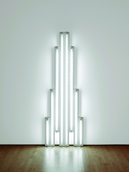 Icônes américaines : Dan Flavin. Monument for V.Tatlin. 1969, lampe fluorescente blanc froid, hauteur 243,8 cm. The Doris and Donal Fisher Collection at the San Francisco Museum of Modern Art. © Stephen Flavin / ADAGP, Paris, 2015. © SFMOMA