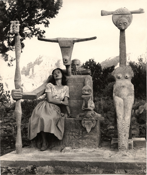 Couples modernes : John Kasnetsis. Dorothea Tanning et Max Ernst avec sa sculpture, Capricorn, 1947 © John Kasnetsis © Adagp, Paris, 2018