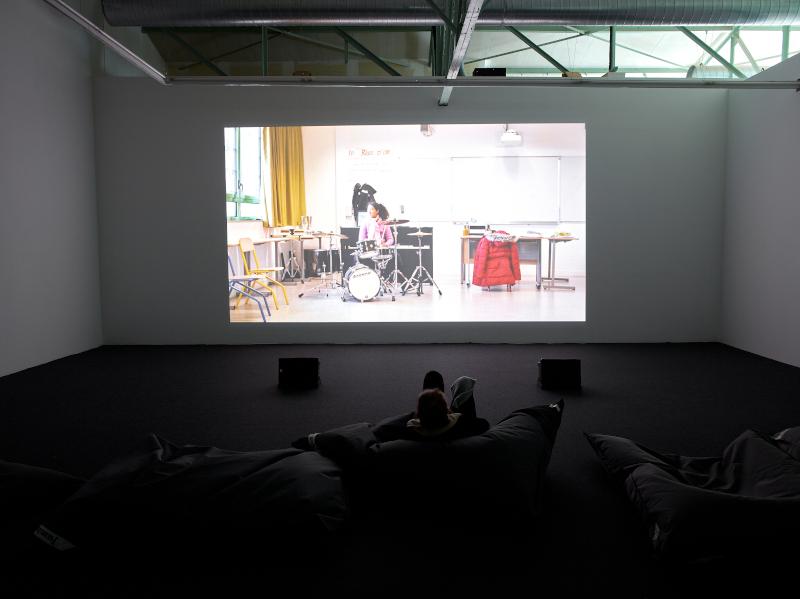 Faire avec – Éric Baudelaire : Exposition « Faire avec » Eric Baudelaire. © CRAC OCCITANIE, Sète, 2019. Un film dramatique, 2019. (Vidéo HD, 1 14 min). Photographe Marc Domage