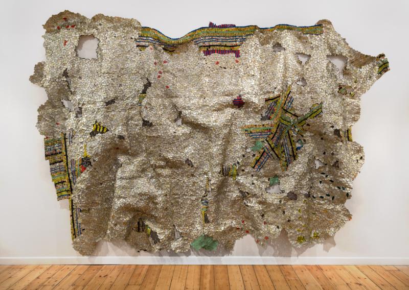 « En quête de liberté » une carte blanche à El Anatsui : El Anatsui, Timespace, 2014. Aluminium and copper wire, 325 x 495 cm. Photograph: Jonathan Greet. Courtesy the Artist and October Gallery, London.IMAGE CREDITS: El Anatsui October Gallery