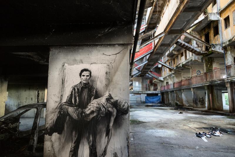 Ernest Pignon-Ernest -  Papiers de murs : Ernest Pignon-Ernest « Pasolini assassiné - Si je reviens » Napoli / Scampia, 2015 © Ernest Pignon-Ernest / Courtesy Galerie Lelong & Co.