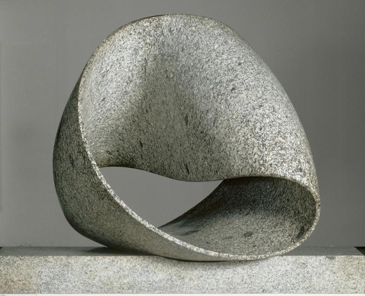 Formes Simples : Max Bill. Unendliche Schleife (Ruban sans fin). 1960-1961. granit gris de Wassen. 130x175x90cm. Centr ePompidou, Musée NAtional d'Art moderne, Paris.