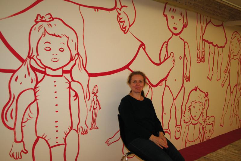 Françoise Pétrovitch, après les jeux : Françoise Pétrovitch devant le mur peint au Musée de Gravelines © Photo : Emmanuel Gilliot