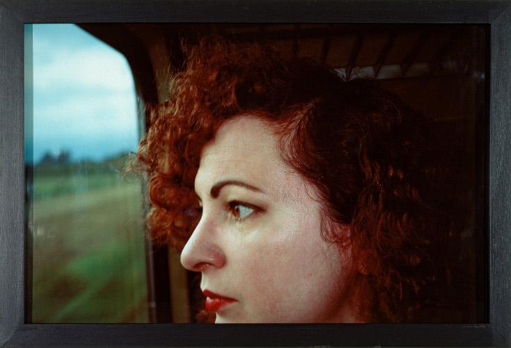 Visages : Nan GOLDIN  Self-portrait on the train, Germany  1992  Cibachrome  Bordeaux, CAPC Musée d'art contemporain  © DR
