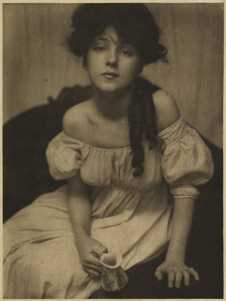 Femmes, muses et modèles : Gertrude Käsebier - Portrait (Miss N.), 1903, 14,8 x 19,7 cm. Vintage photogravure © Collection Amedeo M.Turello