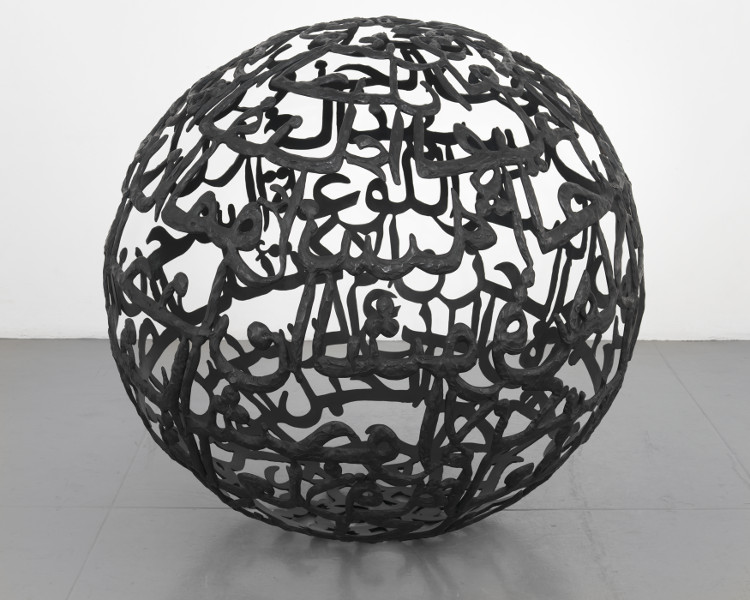 Songs of Loss and Songs of Love : Oum Kalthoum and Lee Nan-Young : Ghada Amer. The Words I Love the Most. 2012, Bronze avec patine noire, 152.8 x 152.8 x 152.8 cm, Edition 2/6, 1 AP. Courtesy de l'artiste et  Kukje Gallery, Seoul