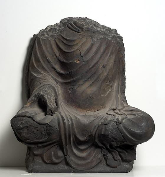 Des images et des hommes, Bamiyan 20 après : Bouddha assis, 6ème siècle, Afghanistan, Bamiyan, fouilles Joseph et Ria Hackin, terre crue et bois, MG 17943, MNAAG, photographie RMN-GP-web