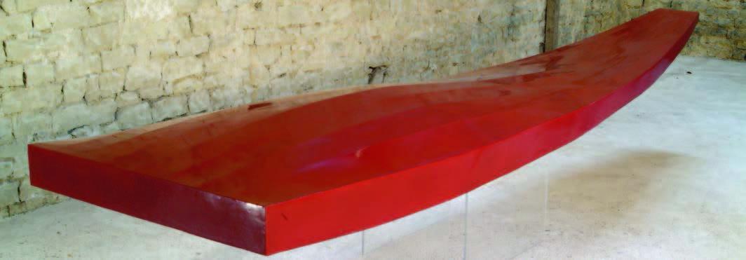 Une spiritualité au féminin : Aliska Lahusen, Barque ardente, 2007, laque sur âme de bois, 25 x 456 x 100 cm © Pierre Bayle