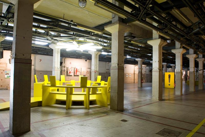 Ici Nice dans la Kunstellation : Vue de la Halle avec le Point d'exclamation de Sacha Sosno au fond, (c) Ville de Nice/Muriel Anssens, 2011