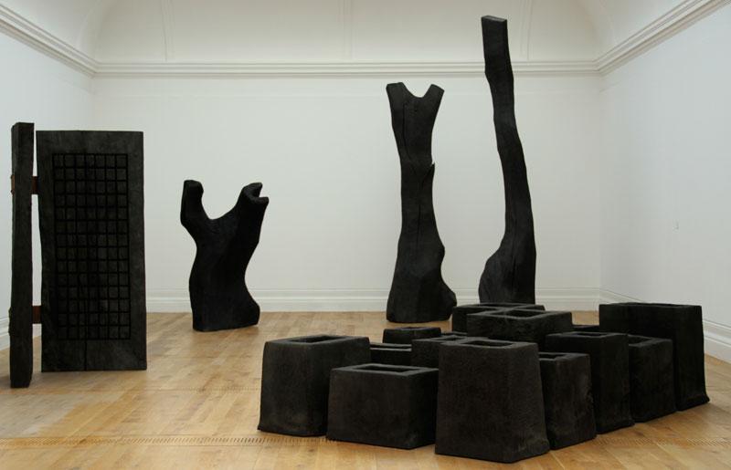 David Nash - Black & Red : Bronze & Wood : Vue de l'exposition
