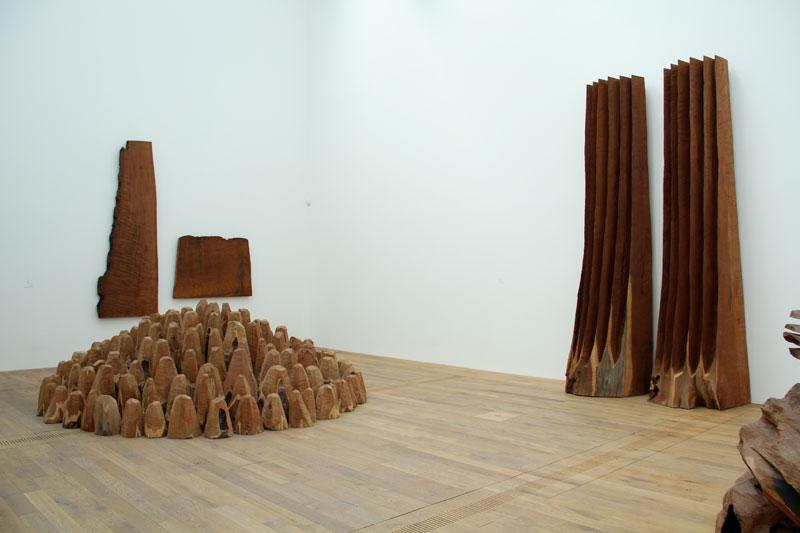 David Nash - Black & Red : Bronze & Wood : David Nash Cuts Up, 2011 Séquoia, 9 parties 198 x 20 x 21 cm chaque / ensemble : 198 x 262 x 21 cm Copyright Galerie Lelong & artist