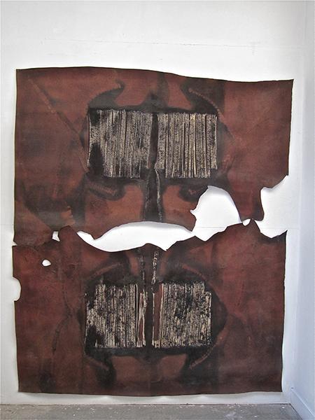 Passages : vers une abstraction habitée : Christian Jaccard (français, né en 1939) – Trophée. 1977. Cuir brûlé. 122 x 87 cm.