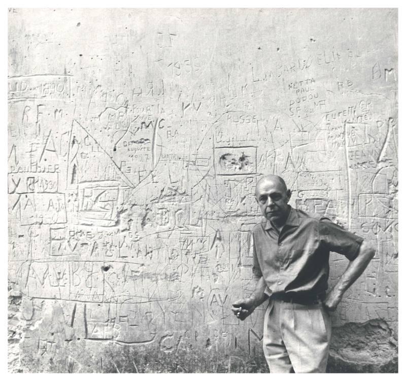 Jean Dubuffet, un barbare en Europe : Jean Dubuffet devant un mur de graffi ti © Archives Fondation Dubuffet, Paris / photo, John Craven