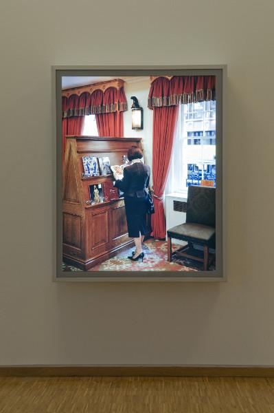 De Picasso à Warhol. Une décennie d'acquisitions : Jeff Wall. A Woman consulting a catalogue. 2005, épreuve photographique cibachrome sur caisson lumineux, 165 x 133,5 cm. © Jeff Wall. Photo © Musée de Grenoble : Jean-Luc Lacroix.