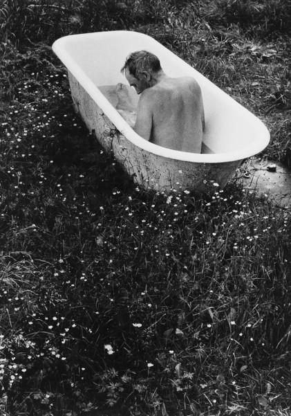 Sune Jonsson / Walker Evans - Deux maîtres de la photographie sociale : Sune Jonsson, Gustav Karlsson de Schönstorp prend son bain d'été © Sune Jonsson archives, Västerbottenmuseum, Umeå, Suède
