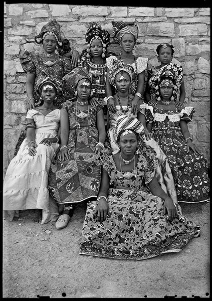 Seydou Keïta : Seydou Keïta- Sans titre, 1959-60. Tirage argentique moderne réalisé en 1997 sous la supervision de Seydou Keïta et signé par lui.77 x 60 x 1,6 cm?Genève, Contemporary African Art Collection © Seydou Keïta / SKPEAC / photo courtesy CAAC – The Pigozzi Coll