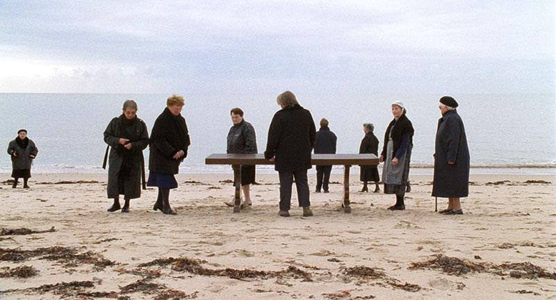 Agnès Varda - Y'a pas que la mer : Les Veuves de Noirmoutier, 2005 1 film et 14 vidéos, en boucle, chaises et écouteurs, ou 5 photographies de veuves, 2005