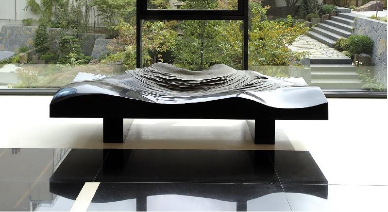 BENOÎT LUYCKX -  ÊTRE EN NATURE : Paysages, Banc sculpture pour Chanel, 2007 Granit noir, 240 x 80 x 45 cm Image : © Bruno Delamain