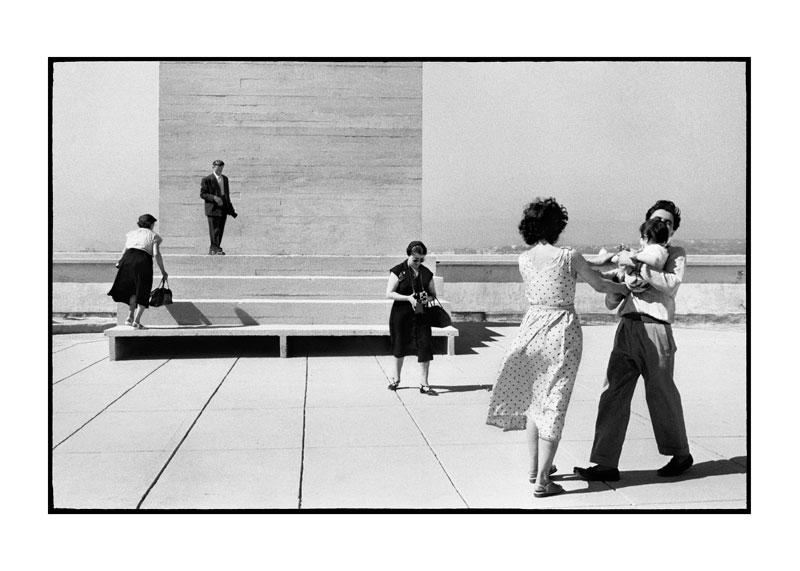 Agnès Varda - Y'a pas que la mer : La Terrasse du Corbusier, 1956, photographie. Les gens de la terrasse, 2007, film / 2,33 min.